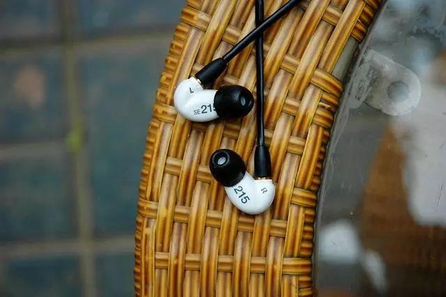 """试听   """"极具代表性的千元级耳机""""Shure SE215m+特别版隔音耳机"""