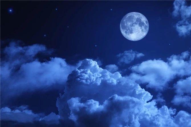 华灯初上,夜色阑珊,聆听旋律优美的小夜曲