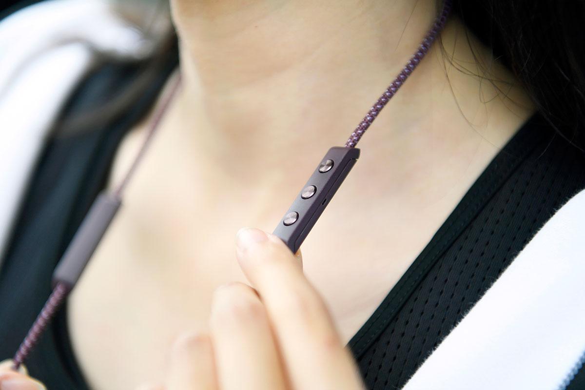 """蓝牙耳机其中一个缺点就是一旦断电就无法使用,B&O 推出的 Beoplay E6 挂颈入耳式蓝牙耳机其中一个独特设计就是可以边充电边使用,可以说是""""无限续航""""。"""