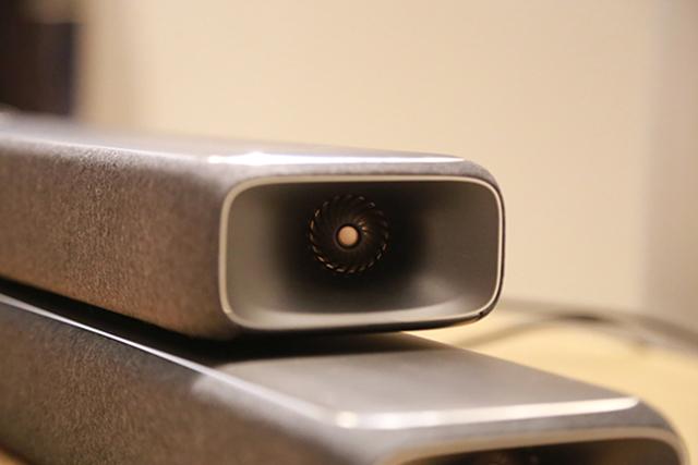 Enchant 1300与Enchant 800两侧都具有图中这样的高音单体,可向两侧投射声音,借由左、右墙面的反射达到环绕声效果。